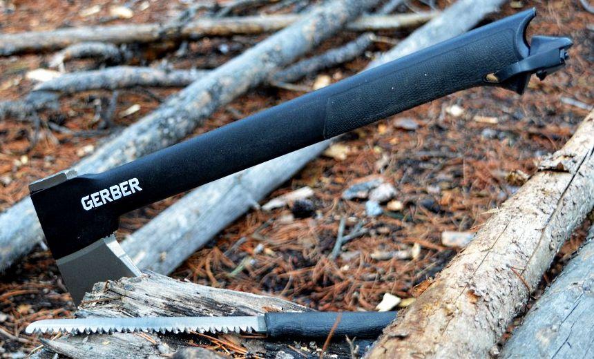 Ascia tattica Gerber Gator Combo II e coltello dentato nel loro ambiente naturale