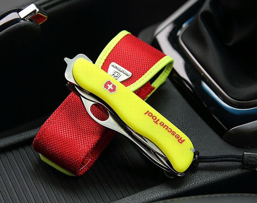 Il Victorinox Rescue Tool vi può addirittura salvare la vita, grazie alla lama taglia cinture di sicurezza e al rompivetro