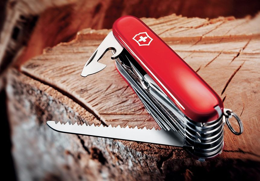 Il seghetto e l'apribottiglie con cacciavite incorporato sono solo un paio delle 33 funzioni presenti nel Victorinox Swiss Champ