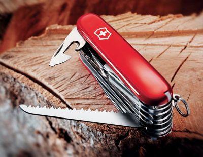 Il coltellino svizzero multiuso Victorinox Swiss Champ con 33 funzioni nella variante rossa