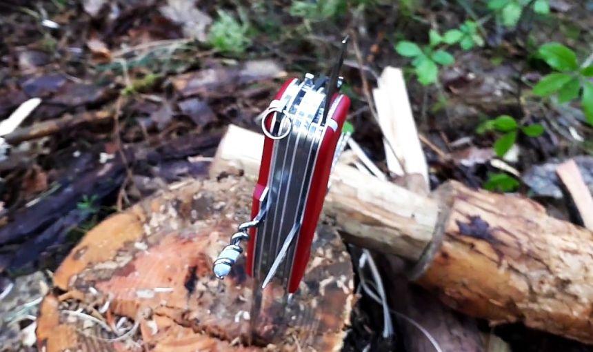 Il coltellino svizzero multiuso Victorinox Work Champ nel suo ambiente naturale