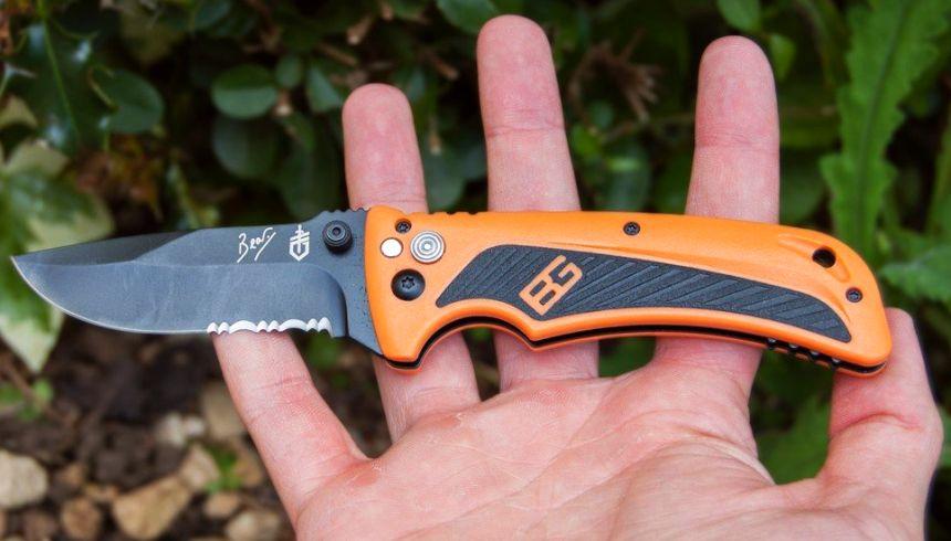 Il coltello Bear Grylls Gerber Survival AO sta comodamente nel palmo della mano