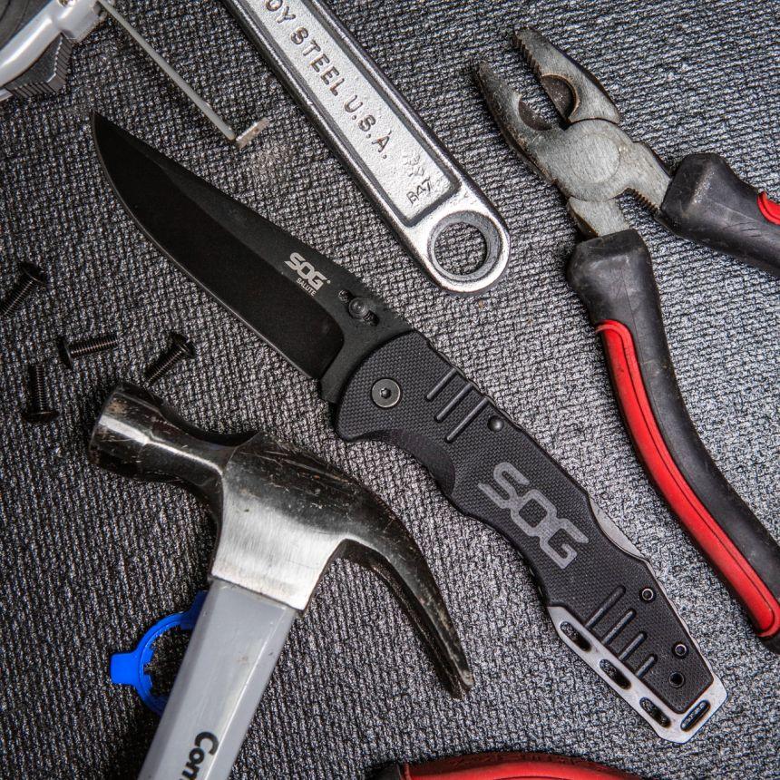 Il coltello a serramanico SOG Fusion Salute Black è perfetto come utensile tra gli attrezzi del vostro garage, o nella vostra officina