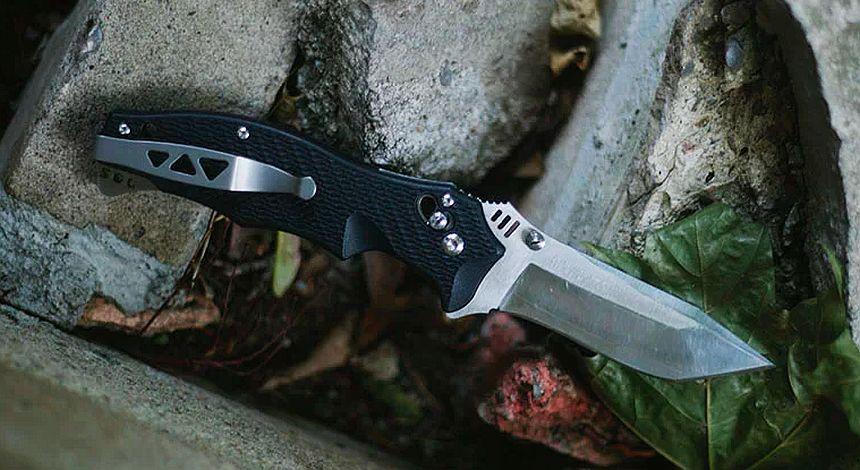 Forse il migliore in circolazione: il coltello a serramanico SOG Vulcan con lama in acciaio inox VG-10 giapponese, un vero e proprio rasoio compatto