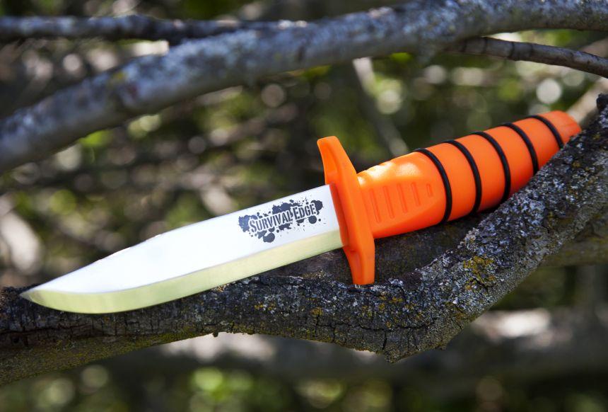 Il coltello Cold Steel Survival Edge Orange nel suo ambiente naturale (grazie al vistoso manico arancione, riuscirete ad individuare il coltello anche al buio)