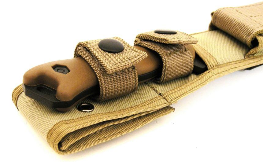 Il coltello al sicuro nel fodero Cordura® (da notare il manico di colore marrone)