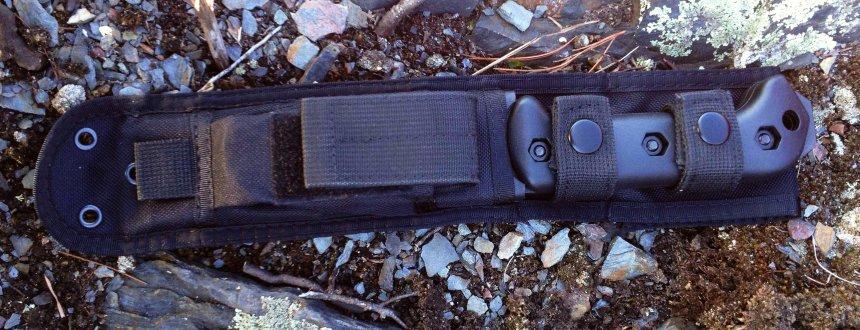 Il KA-BAR BK22 Becker al sicuro nel fodero in nylon, adagiato nel suo ambiente naturale