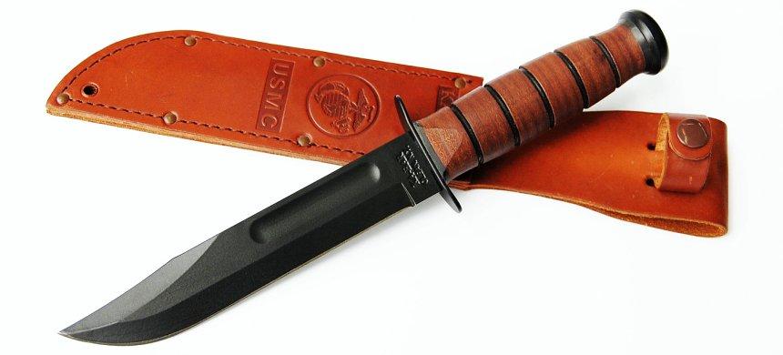 Volete un fodero diverso? Il coltello KA-BAR USMC 1217 è qui proposto con il fodero in cuoio (notare lo stemma del Corpo dei Marines)
