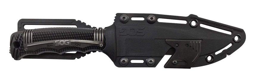 Primo piano del fodero del coltello militare SOG SEAL Strike Black, provvisto di clip per l'aggancio alla cintura o allo zaino