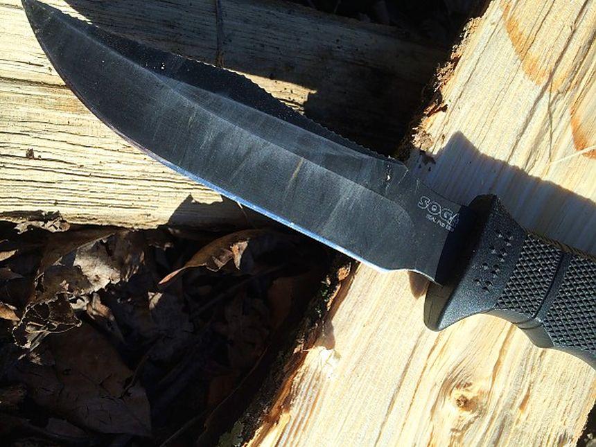 Primo piano della lama in acciaio inox AUS-8 del coltello Militare Tattico SOG Seal Pup Elite