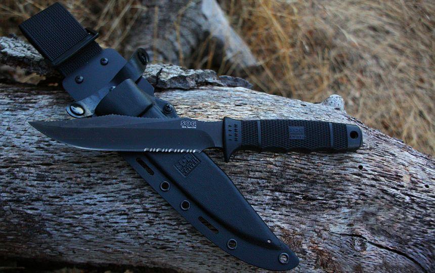 Il coltello militare SOG SEAL Team Elite accanto al fodero in Kydex