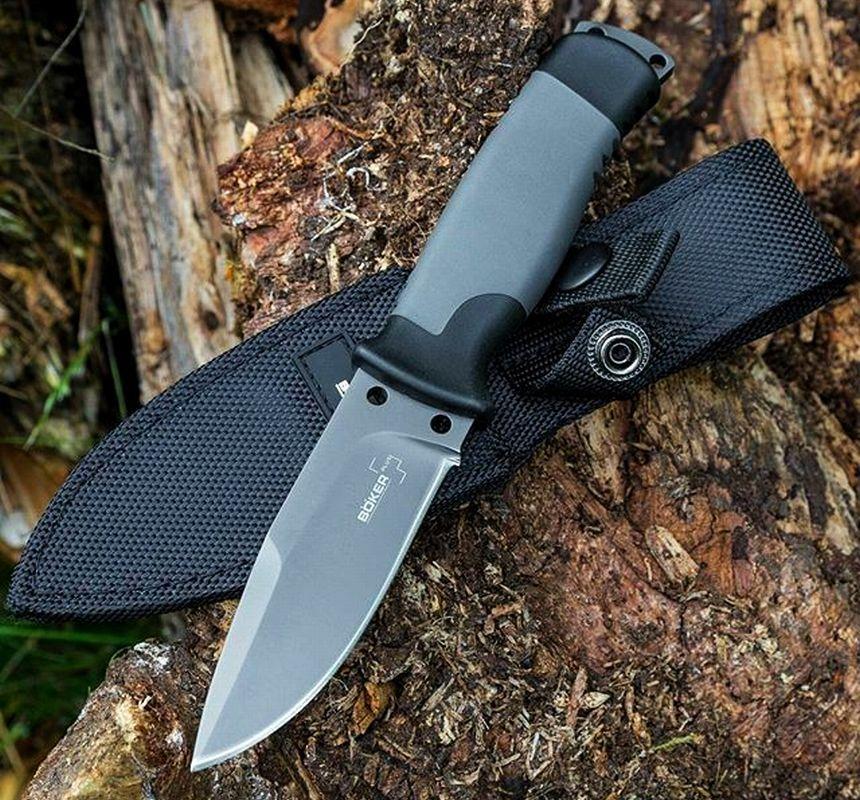 Il coltello survival Böker Outdoorsman con lama full-tang a filo piano, ideale anche per campeggio ed escursionismo