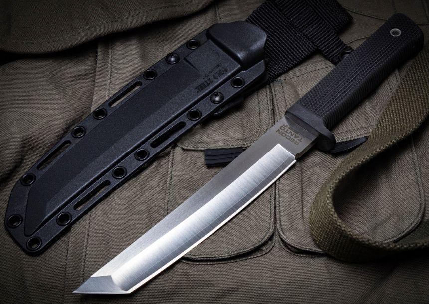 Il coltello Cold Steel Recon Tanto affiancato dal fodero Secure-Ex® (notare la sagomatura a punta Tanto)
