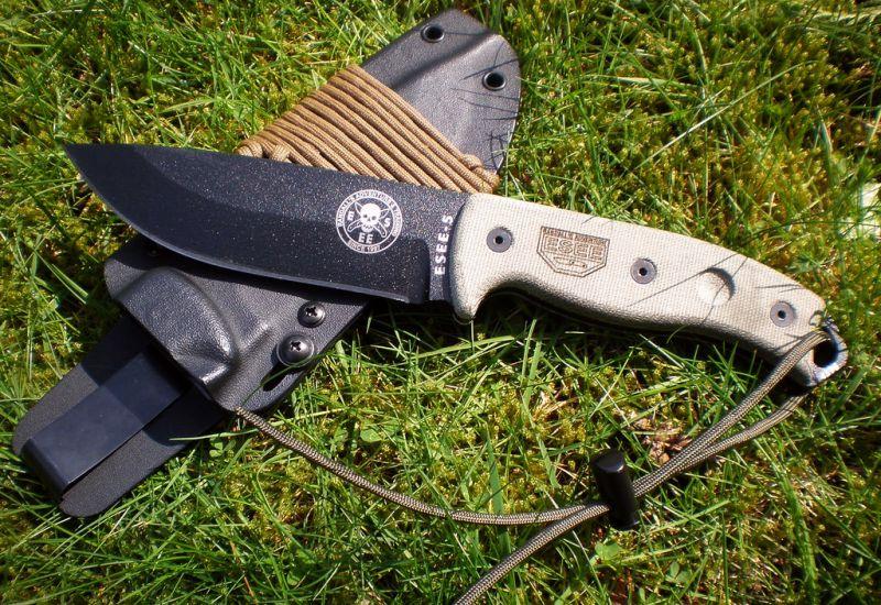 Il coltello survival ESEE-5P completo di fodero, nel suo ambiente naturale