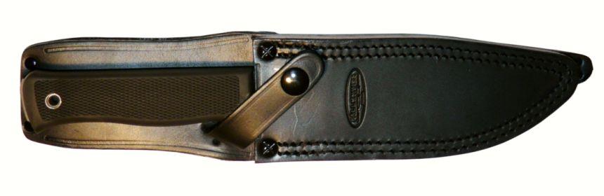 Il coltello al sicuro nel fodero in cuoio (notare il marchio Fallkniven stampato)