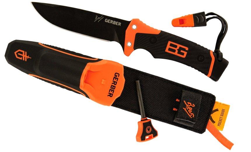 Il coltello Bear Grylls Ultimate Pro affiancato dal fodero e dagli accessori a corredo
