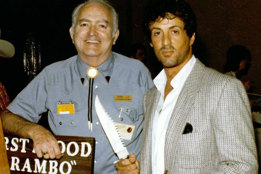 Sylvester Stallone in compagnia di Jimmy Lile, famoso coltellinaio che ha curato la realizzazione del coltello usato per girare il film
