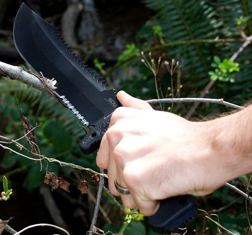 Il coltello SOG Jungle Primitive nel suo ambiente naturale