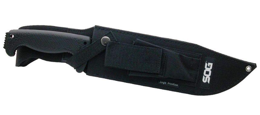 Il coltello SOG Jungle Primitive al sicuro nel fodero in nylon rinforzato (notare il taschino porta oggetti sul davanti)