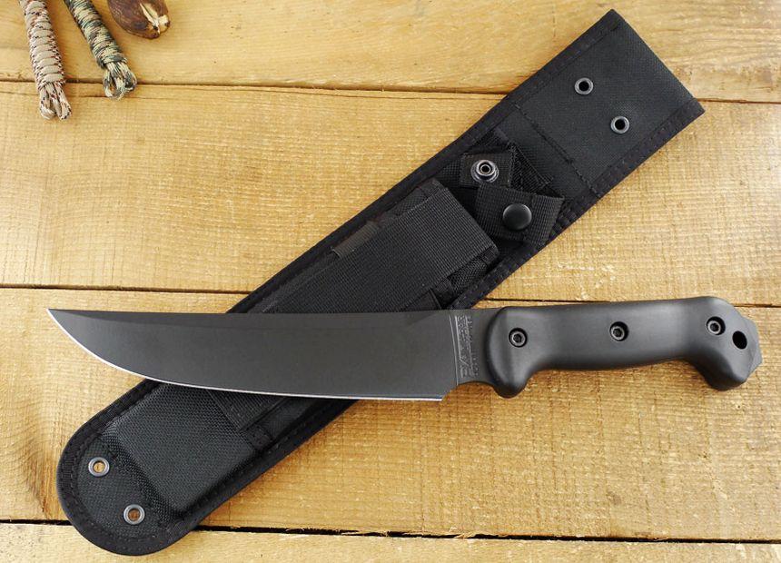 Il coltello tattico da campo Becker BK5 Magnum Camp adagiato sul fodero in nylon rinforzato