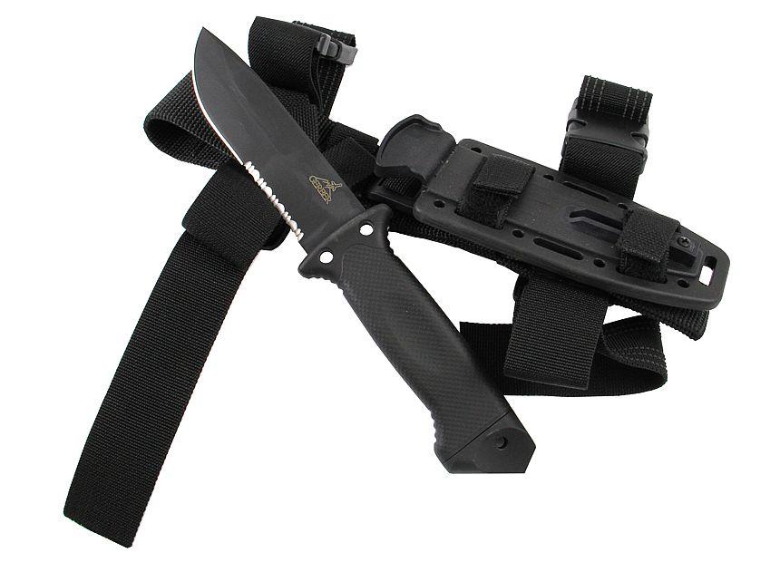 Il coltello militare tattico Gerber LMF II Infantry Black appoggiato al fodero in Kydex e nylon balistico