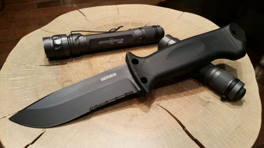 Il coltello tattico Gerber LMF II Infantry Black in tutto il suo splendore (notare la pulizia delle linee e il senso di robustezza che emana)