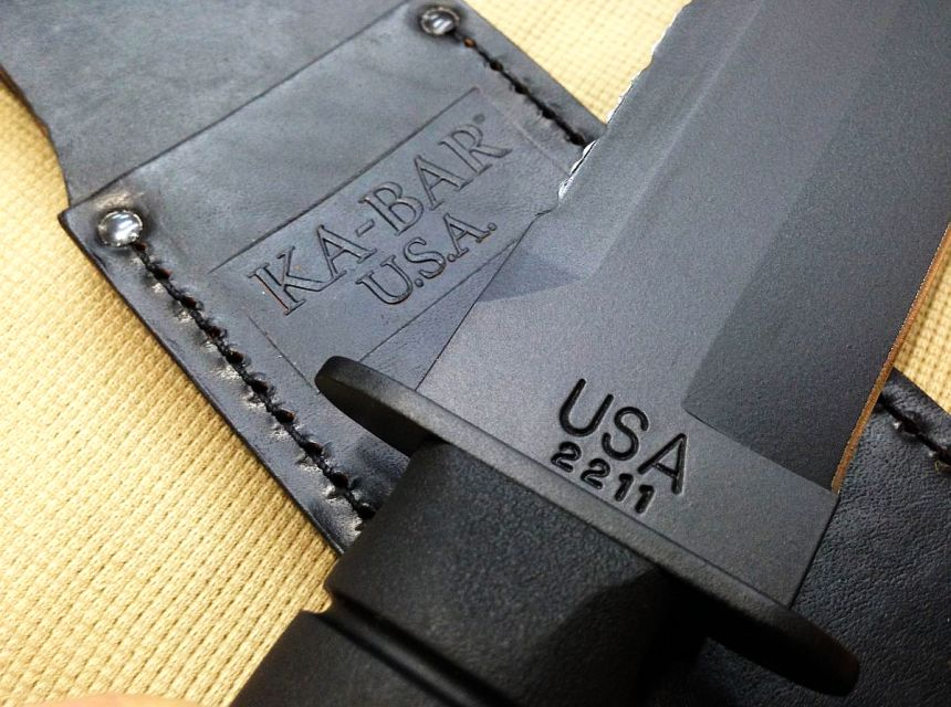 Il coltello KA-BAR 2211 Big Brother è ovviamente 100% made in USA (notare il fodero in cuoio sullo sfondo)