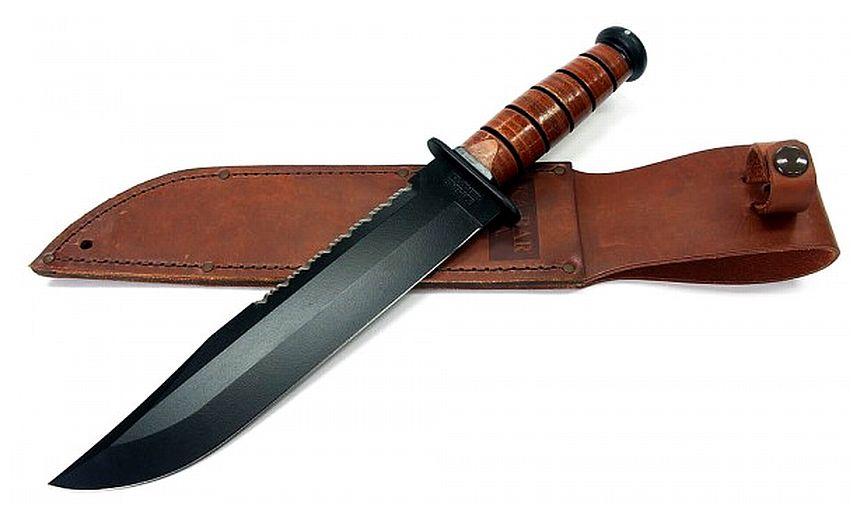 Il coltello KA-BAR 2217 Big Brother adagiato sul fodero in cuoio