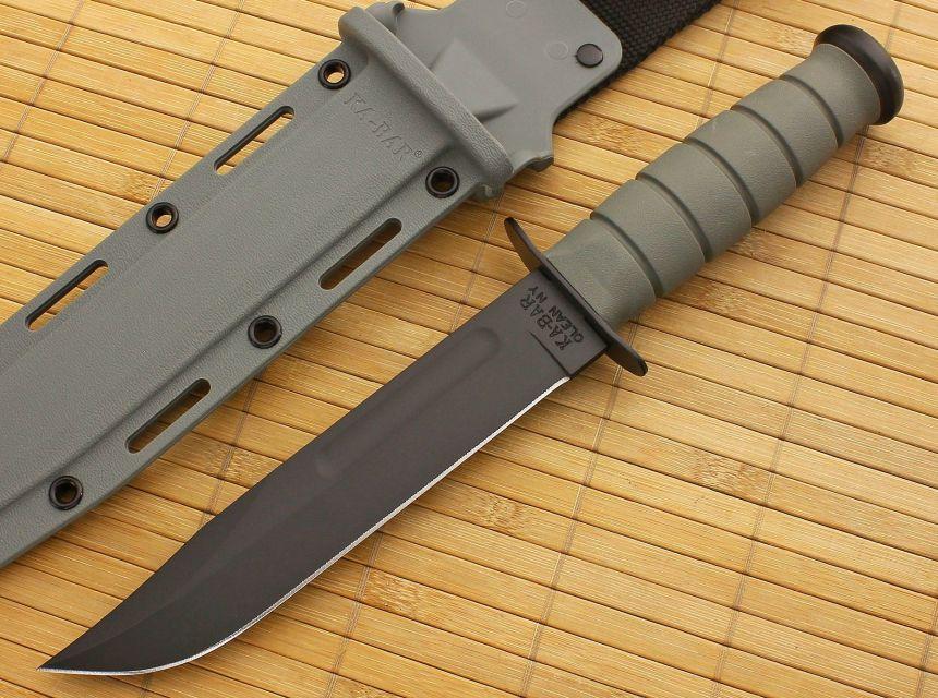 Il coltello tattico KA-BAR 5011 Foliage Green a fianco del fodero in vetroresina dello stesso colore del manico