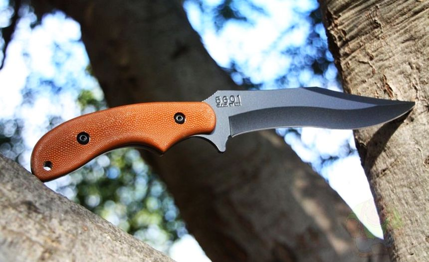 Il coltello tattico KA-BAR Johnson Adventure Baconmaker nel suo ambiente naturale