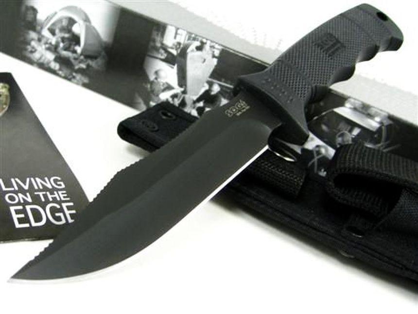 Il coltello militare SOG SEAL Pup Elite adagiato sul fodero in nylon