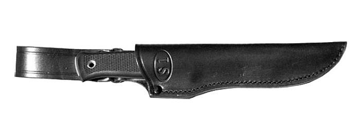 Il coltello al sicuro nel fodero in cuoio nero (notare il nome del coltello, S1, marchiato sul davanti)