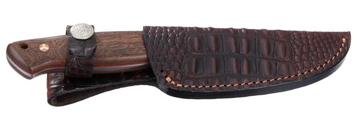 Il coltello da caccia Böker Arbolito El Trampero ben custodito nel fodero in pelle