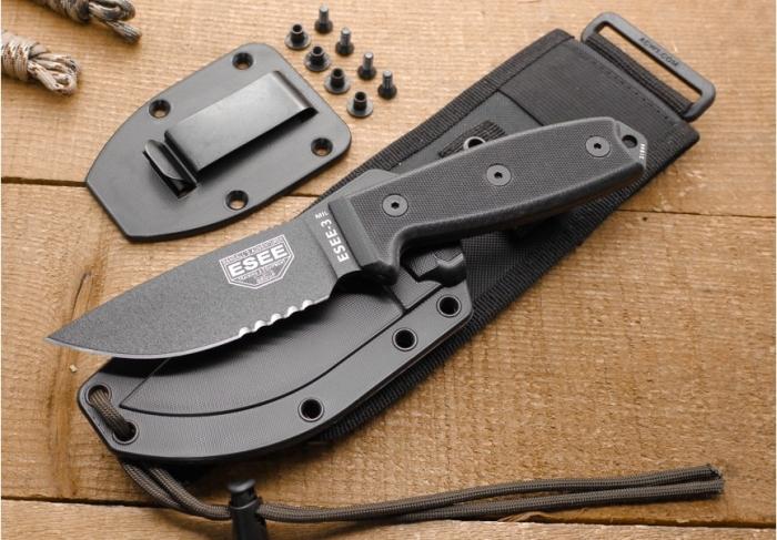C'è tutto: coltello ESEE-3MIL-S-BLK, coprilama in Kydex, placca con clip, supporto MOLLE, cordino paracord
