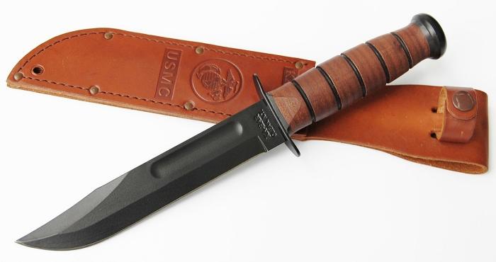 Il coltello KA-BAR USMC 1217 adagiato sul fodero in cuoio (notare lo stemma del Corpo dei Marines)