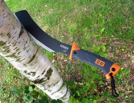 Il machete Gerber Parang firmato da Bear Grylls, con lama di 34 cm in acciaio ad alto contenuto di carbonio