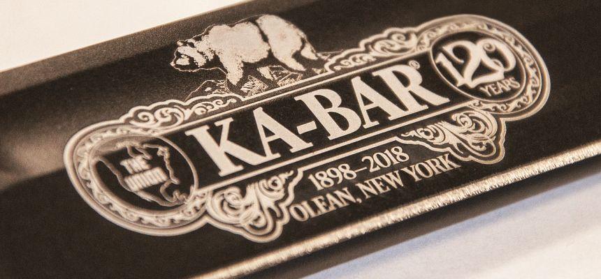 Il logo KA-BAR che celebra il 120° anniversario dalla fondazione (notare l'orso da cui il nome KA-BAR deriva)