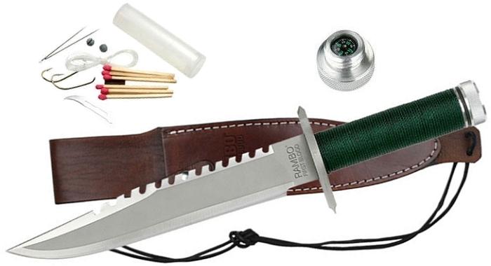Il coltello di Rambo sul fodero in cuoio, con accanto una panoramica degli accessori