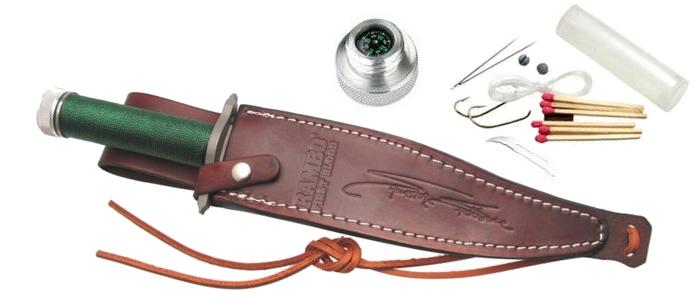 Il coltello di Rambo al sicuro nel fodero in cuoio, con accanto una panoramica degli accessori